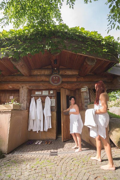 Saunaanfänger vor Sauna